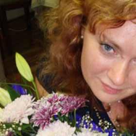 Девушка с большим сборным букетом - фото