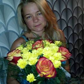 Получательница со сборным букетом из роз и хризантем - фото