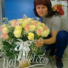 Получательница с корзиной желтых и розовых роз - фото
