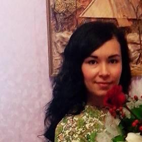 Именинница с букетом роз и лилий - фото