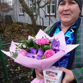 Именинница с букетом из роз и орхидей - фото
