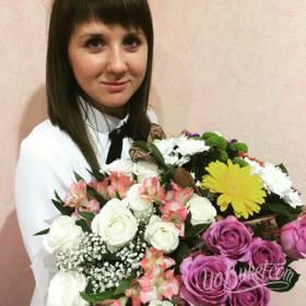 Девушка с букетами цветов - фото