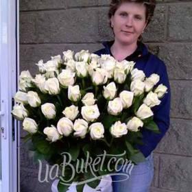 Именинница с букетом белых роз - фото