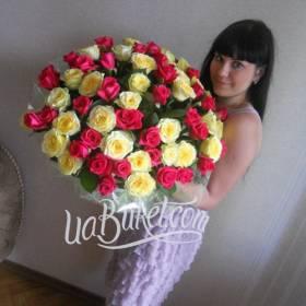 Большой букет белых и розовых роз для девушки - фото