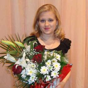 Девушка с букетом из роз, лилий и хризантем - фото
