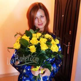 Счастливая получательница с букетом желтых роз - фото