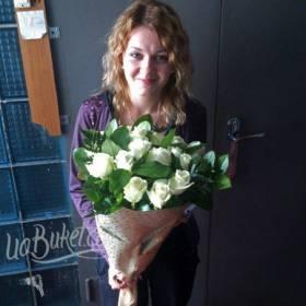 Получатель с белыми розами в упаковке с зеленью - фото