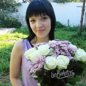 Получательница с букетом белых роз и розовых хризантем - фото