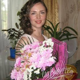 Именинница с букетом альстромерий и хризантем - фото