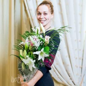 Девушка с букетом из белых лилий - фото