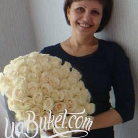Белые розы с доставкой для получательницы - фото