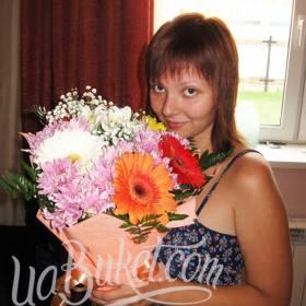 Девушка с букетом хризантем и гербер - фото