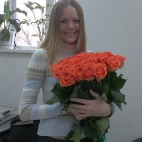 Счастливая получательница с букетом оранжевых роз - фото