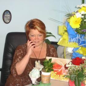 Именинница с букетом цветов - фото