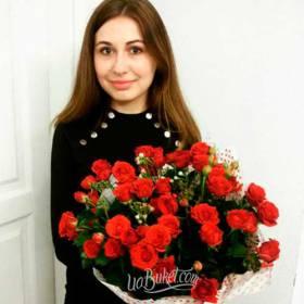Фото девушки из днепра с красными розами