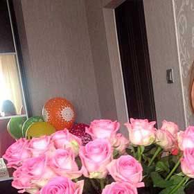 Фото букета из роз Аква в руках у девушки