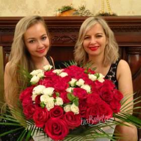 Букет из роз для получательниц - фото