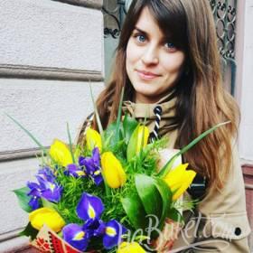 Девушка с букетом тюльпанов и ирисов - фото