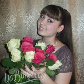Именинница с букетом белых и розовых роз