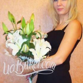 Нежный букет белых лилий для именинницы - фото