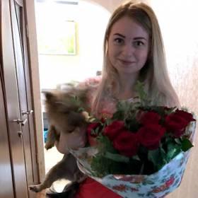 Букет из роз и зелени для девушки - фото