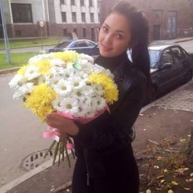 Получательница с белыми и желтыми хризантемами - фото