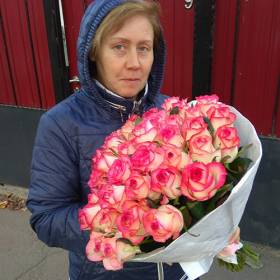 Получательница с букетом роз Джамилия - фото