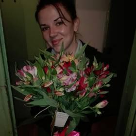 Девушка с букетом альстромерий - фото