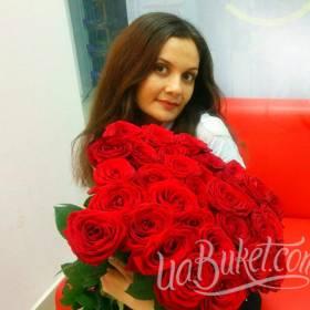 Красные розы для обворожительной девушки - фото