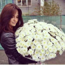 Букет белых хризантем для девушки - фото