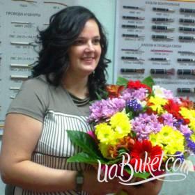 Получательница с букетом хризантем и гербер - фото