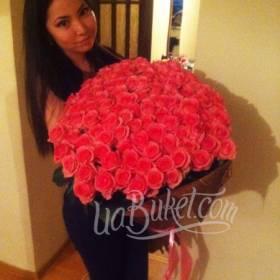 Девушка с роскошным букетом из роз - фото