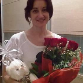 Букет красных роз и плюшевый мишка с доставкой для получательницы - фото