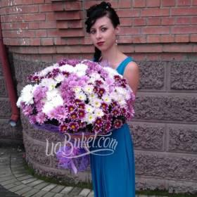 Девушка с большим букетом хризантем - фото