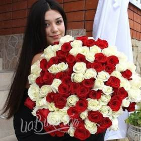 Девушка с букетом белых и красных роз - фото
