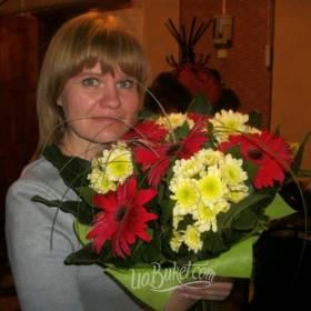 Получательница с букетом гербер и хризантем - фото