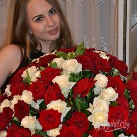 Красные и белые розы для жены - фото