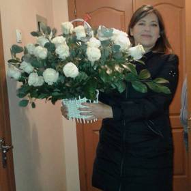 Именинница с корзиной белых роз - фото