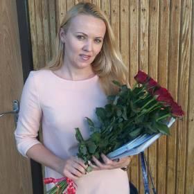 Получательница с букетом красных роз Престиж - фото