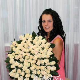 Белые розы для милой девушки - фото