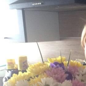 Девушка с букетом хризантем и ирисов - фото