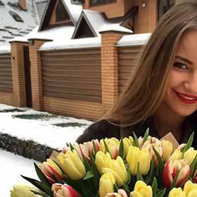 Девушка с букетом тюльпанов - фото