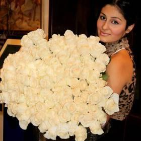 Белые розы для получательницы - фото