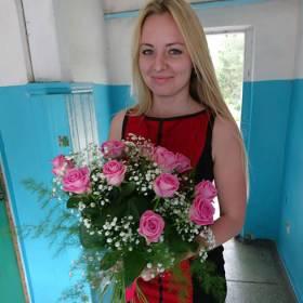 Получательница с букетом из розовых роз - фото