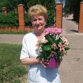 Получательница с композицией из роз и альстромерий