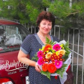 Яркий букет из гербер и хризантем для получательницы - фото