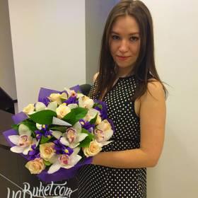 Получательница с букетом из роз, орхидей и ирисов - фото