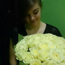 Белые розы для милой получательницы - фото