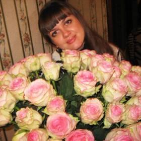 Именинница с букетом бело-розовых роз - фото