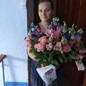 Девушка с букетом из роз, альстромерий и эустом - фото